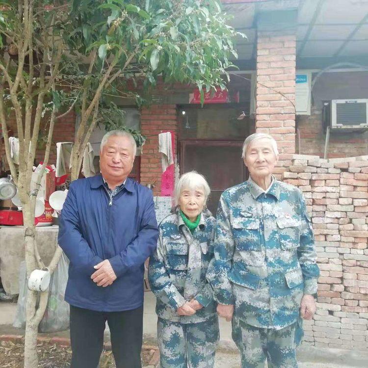 老班长王军在武汉马旭老人家感受俭朴 在当年曾经当兵的黄继光连参观学习