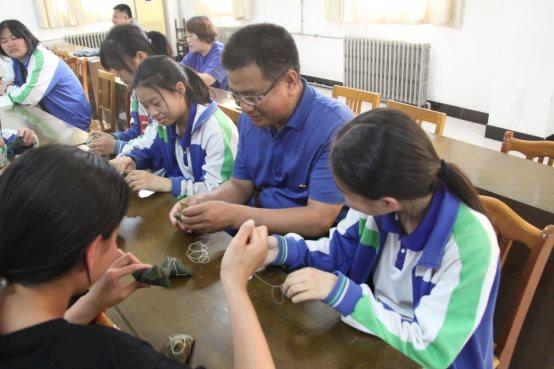 D:\桌面\2019.5.30端午节活动83班\邵校长和孩子们分享粽子.JPG