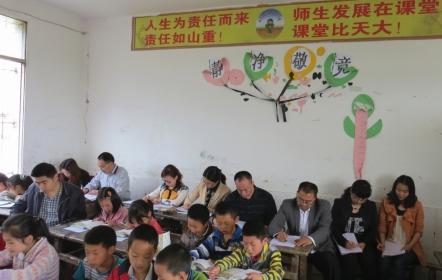 教师积极参加校本教研活动.JPG